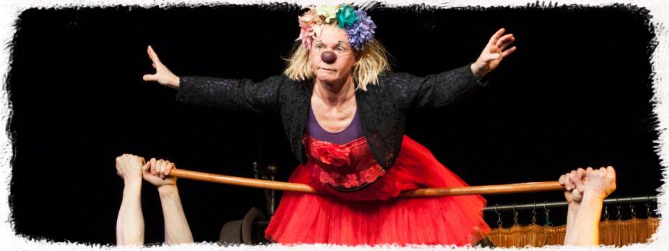 Die zwei Clowns JoJo und Kaspar stemmen Frau Gaya in die Lüfte.