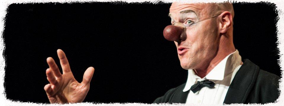 Clown Kaspar hält eine Ansprache an das Publikum.