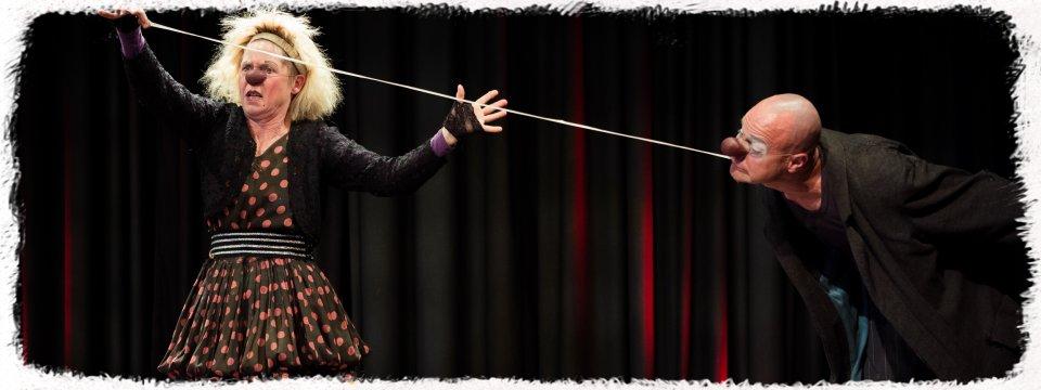 Clownsduo Kaspar & Gaya aus Fulda spielen Ihre Kaugumminummer auf der Bühne im Theater Sapperlot in Lorsch